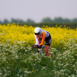 CYCLING 's-Heerenhoek: De eerste tijdrit voor vrouwen in het kader van de tijdritcompetitie werd verreden voorafgaand aan de omloop van Borsele. Annemiek van VLeuten