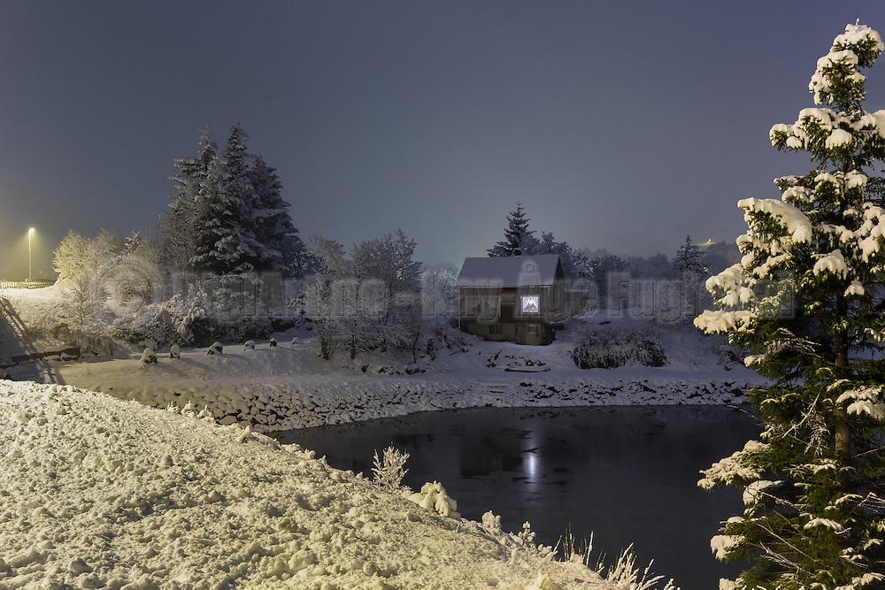 Winterlandscape in Norway, nearby Fosnavåg   Det gamle bruvokterhuset ved Stridestraumen i vinterdrakt.