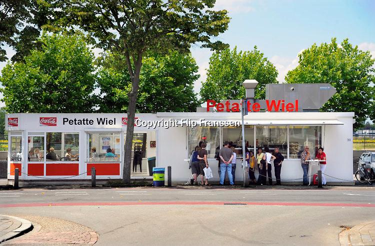 Nederland, Venlo, 14-7-2019Frietkraam Petatte Wiel aan de Maaskade.Bakje friet en mayonaise.Foto: Flip Franssen