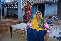 Inde, Rajasthan, village de Nimaj dans les environs de Jodhpur, mere et sa fille// India, Rajasthan, Nimaj village around Jodhpur, mother and daughter