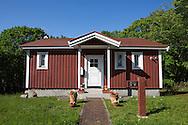 En faluröd stuga i den japanska byn Sweden Hills. Hokkaido, Japan
