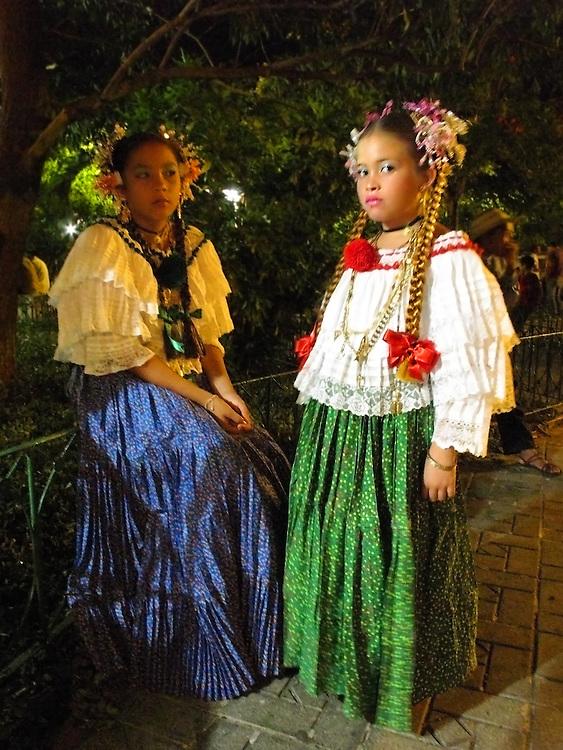 Niñas con pollera montuna / fiestas de Santa Catalina, patrona de Pedasí / Pedasí / Panamá.<br /> <br /> Edición de 10 | Víctor Santamaría.