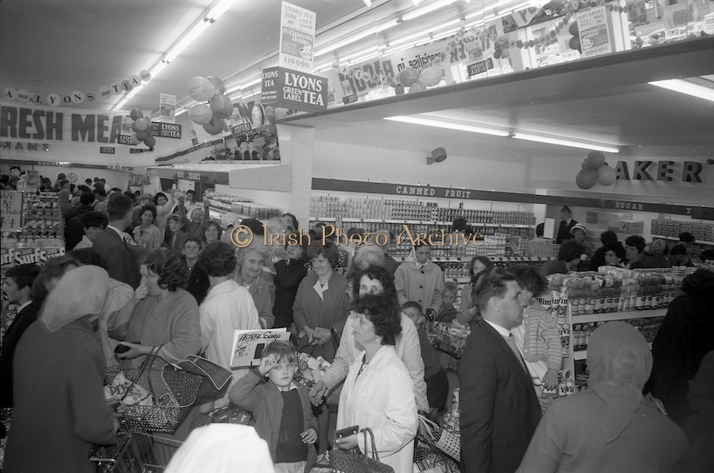 08/07/1965 <br /> 07/08/1965<br /> 08 July 1965<br /> Opening of Powers Supermarket in Ballyfermot.  A general view of the crowds that thronged the supermarket as shoppers sought the bargains on opening day.