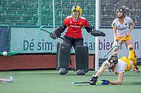 AMSTELVEEN -  keeper Josine Koning (DenBosch) met Ireen van den Assem (DenBosch) tijdens  de hoofdklasse hockey competitiewedstrijd dames, Amsterdam-Den Bosch (0-1)  COPYRIGHT KOEN SUYK