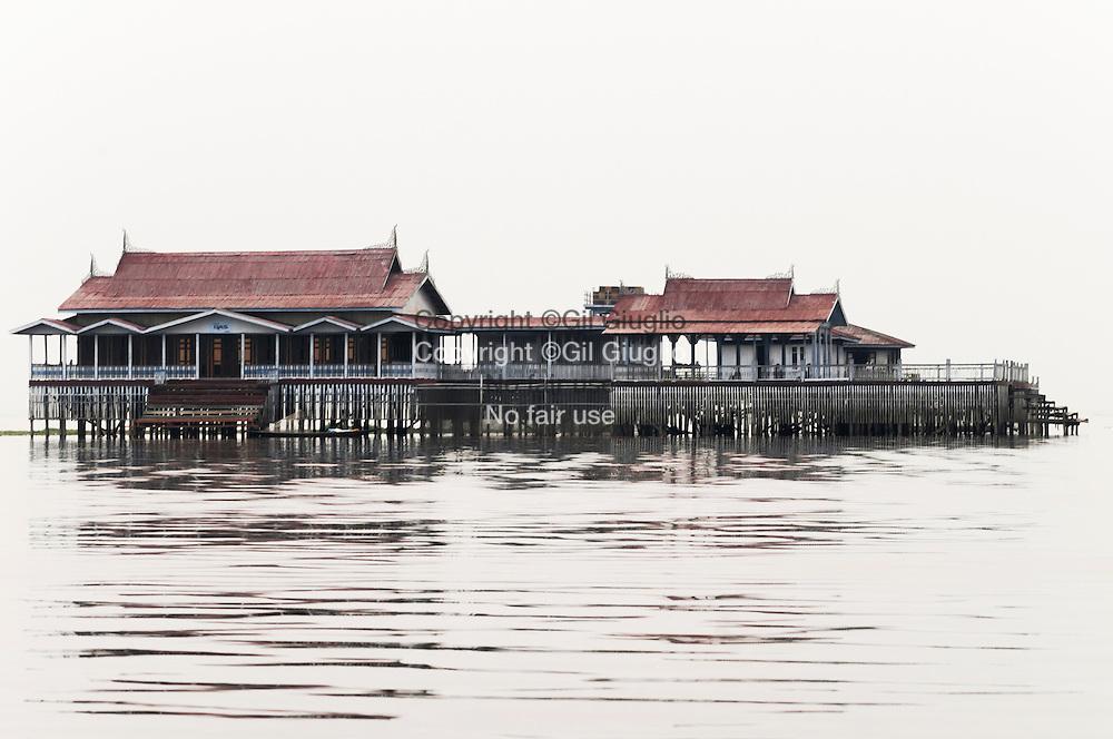 Myanmar, ex Birmanie, état shan, Lac Inlé, des fameux pêcheurs Inthas, ancien hôtel flottang au milieu du lac //au nord du lac/ Myanmar, ex Burma, Shan state land, Inle lake, Inthas fishers, famous Inthas fishers place, old flotting hotel at middle of the lake