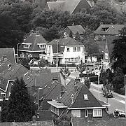 NLD/Huizen/19920622 - Huizen gezien vanaf de Oude Kerk overzicht, kruizing Ceintuurbaan en Nieuw Bussumerweg, pand makelaar Voorma en Walch