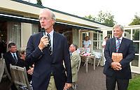HILVERSUM - Viering 100 jaar Hilversumsche Golfclub met de titel 'Once in a Livetime' was van ieder Nederlandse golfclub een voorzitter of ander bestuurlid uitgenodigd. Er waren 165 deelnemers voor  de wedstrijd. Op hole 14 stond een plastic speelgoedauto voor de hole in one. . Een muziekband liep door de baan. NGF voorzitter Ronald Pfeiffer (l) Voorzitter is Age Fluitman. COPYRIGHT KOEN SUYK