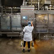Nederland Giessen 26 augustus 2009 20090826 ..Serie over levensmiddelensector                                                                                      .HAK fabriek, werknemer monitoort het productieproces en bedient het instrumentenpaneel van de machine die de potjes voorziet van deksels onder hoge druk en hitte.  .Employee controling machine. ..Foto: David Rozing