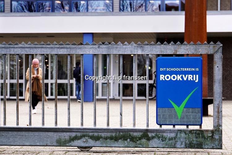 Nederland,Nijmegen, 9-1-2019Op middelbare scholen mogen de leerlingen niet meer op het schoolterrein roken. FOTO: FLIP FRANSSEN