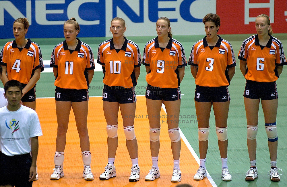 22-06-2000 JAP: OKT Volleybal 2000, Tokyo<br /> Nederland - Korea 3-1 / Oranje luistert naar het Volkslied met Erna Brinkman, Kitty Sanders, Henriette Weersing, Chaine Staelens, Francien Huurman, Mirjam Orsel