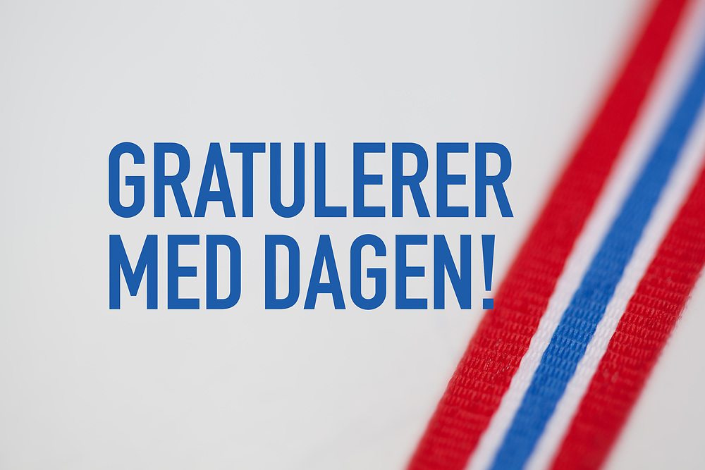 Ferdigdesign gratulasjonshilsen «Gratulerer med dagen!» tekst med skrått bånd i norsk drakt.