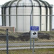 Nederland Petten 7 maart 2009 20090307 Foto: David Rozing ..Kerncentrale Petten. Nuclear reactor for the production of medical isotopes to treat cancer. Nucleaire onderzoeksreactor, de snelle flux reactor In Petten wordt onder meer onderzoek gedaan naar manieren om de levensduur van radioactief afval te verkorten. Daarnaast worden er medische isotopen gemaakt, die gebruikt worden voor kankerbestrijding. Hoge Flux Reactor (HFR) op het terrein is onderzoeksreactor en levert ook radioactieve preparaten aan de medische sector t.b.v. diagnostiek en radiotherarpie (bestraling, radiofarmacie); voorheen Reactor Centrum Nederland (RCN) / Kerncentrale Petten..Foto: David Rozingte