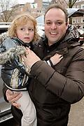 Frans Bauer krijgt een taart van zijn partner ter ere van zijn 1000e concert. De Bauer's vierden ook de verjaardag van zoon Frans Junior. <br /> <br /> Op de foto:   Frans Bauer met zijn zoon Lucas