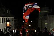 Cedric Huesler (SCRJ) schwingt die Fahne auf dem Hauptplatz in Rapperswil nach dem Sieg im siebten Ligaquali Spiel der National League zwischen den SC Rapperswil-Jona Lakers und dem EHC Kloten, am Mittwoch, 25. April 2018, in der Swiss Arena Kloten. (Thomas Oswald)
