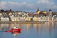 En slepebåt fra Seløy Undervannsservice seiler forbi Ålesund med slep.<br /> Foto: Svein Ove Ekornesvåg