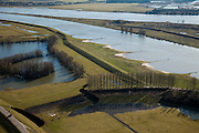 Nederland, Gelderland, Gelderse Poort, 07-03-2010; detail 'groene rivier': de overlaat bij Pannerden bestaande uit een stenen drempel van basaltblokken tussen twee damwanden. Links de rivierdijk, rechts het Pannerdensch Kanaal. Op het tweede plan midden rechts de landtong van de Pannerdensche Kop waar de Rijn zich splitst, daarachter de Waal. Bij hoogwater treedt de overlaat in werking en zal water ook gaan stromen in het gebied naast het kanaal (naar de kijker toe).Detail 'Green River', the spillway consisting of threshold made of basalt blocks between two steel walls. Left the dike, right the Pannerdensch Canal. In the background (r), the Rhine split with the river Waal. In case of floods the spillway will lead the water of the river Rhine to the land next to the canal.luchtfoto (toeslag), aerial photo (additional fee required).foto/photo Siebe Swart