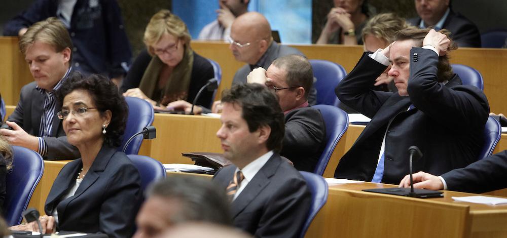 Nederland.  Den Haag, 1 november 2011 <br /> Vandaag zal er in de Tweede Kamer worden gestemd over moties ingediend door de oppositie tegen uitzetting van Mauro Manuel. Als een of meer van die moties worden aangenomen is er een kans dat Mauro zou kunnen blijven. Om Mauro te steunen is er een actie op het Plein. Dit is geen partijpolitieke actie maar een actie van mensen. www.mauro.nl, www.mauromoetblijven.nl IND, integratie, asielzoeker, ama, alleenstaande minderjarige asielzoeker, vluchteling, uitzetbeleid, minister van Immigratie en Asiel, zaak Mauro, Gert Leers, Leers, minderheidskabinet, kabinet Rutte, gedoogsteun, gedoogkabinet, immigratie en naturalisatie dienst, vluchtelingenbelied, uitzetting, <br /> Foto : Martijn Beekman