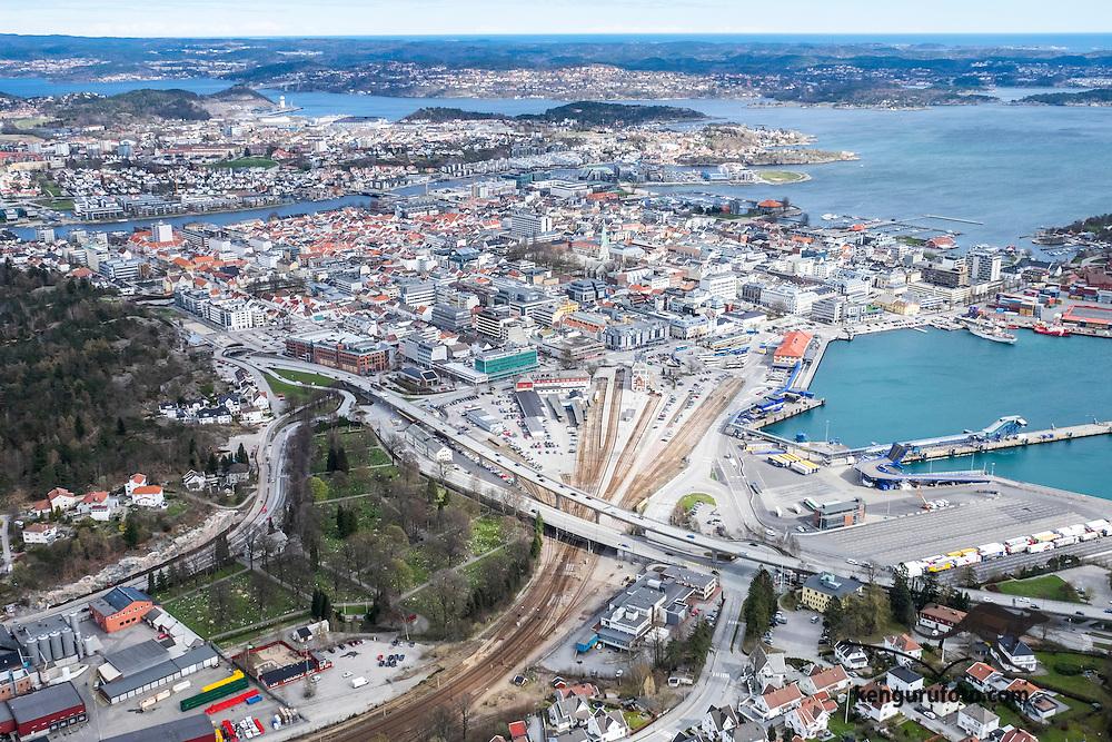 Sørlandet med E-18 og E-39 er noen av vinnerne  i regjeringens nye veiselskap. Her ser vi E-18 gå over til E-39 med broa som tar trafikken over sentrum av Kristiansand.