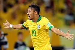 Neymar Jr. comemora gol na partida entre Brasil e Espanha, válida pela final da Confederações 2013, no estádio Maracanã, no Rio de Janeiro. FOTO: Jefferson Bernardes/Preview.com