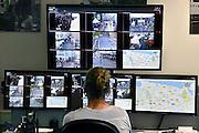 Nederland, Nijmegen, 15-7-2014 Controlekamer voor de beveiligingscamera s van de politie tijdens de vierdaagse , vierdaagsefeesten, om het publiek te observeren en indien nodig te sturen. Van hieruit kunnen de mededelingenborden in de binnenstad aangestuurd worden, de surveillanten, de matrixborden van de toegangswegen rond Nijmegen. Zoi kan men de drukte en de mensenmassa sturen van het ene drukke punt naar een wat rustiger punt. Crowd Control. Agenten van het politiekorps Gelderland-Zuid krijgen tijdens de Vierdaagse een camera op de schouder die live beelden doorzendt naar het politiebureau in de Stieltjesstraat in Nijmegen.Foto: Flip Franssen/Hollandse Hoogte