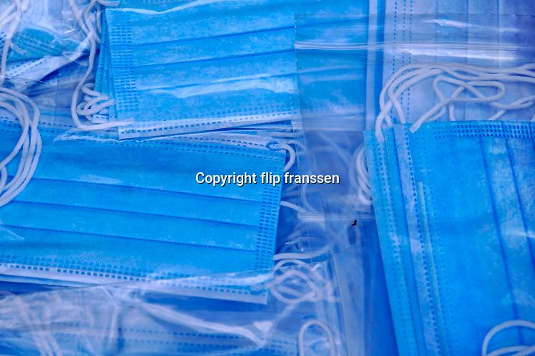 Nederland, Nijmegen, 11-5-2020   Mondkapjes zijn op de markt te koop . Nog niet verplicht buiten op straat en daardoor nog mondjesmaat in het straatbeeld .Foto: Flip Franssen