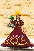 Olinda_PE, 11 de Setembro de 2012<br /> <br /> Grupo de Maracatu Piaba de Ouro. Na foto, a Dama do Paco seguranda a Calunga<br /> <br /> Foto: LEO DRUMOND / NITRO
