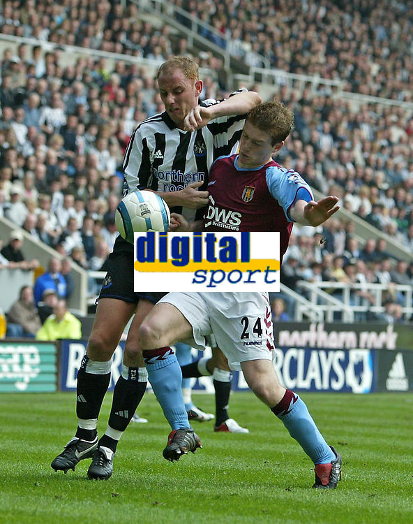 Fotball<br /> Premier League 2004/05<br /> Newcastle v Aston Villa<br /> 2. april 2005<br /> Foto: Digitalsport<br /> NORWAY ONLY<br /> Aston Villa's Steven Davis (R) appears to handle the ball as he tussles with Newcastle's Nicky Butt (L)
