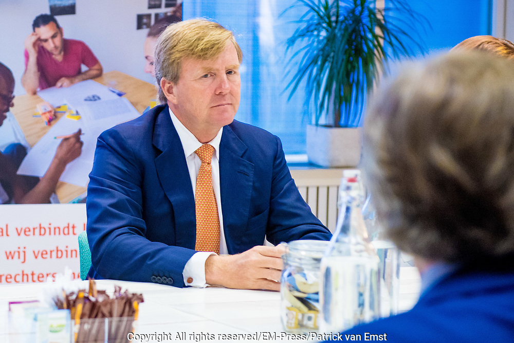 Koning Willem-Alexander bezoekt Taal Doet Meer, een van de winnaars van een Appeltje van Oranje 2019. Taal Doet Meer zorgt ervoor dat Utrechters die Nederlands niet als moedertaal hebben, kunnen meedoen in de Utrechtse samenleving<br /> <br /> King Willem-Alexander visits Taal Doet Meer, one of the winners of an Appeltje van Oranje 2019. Taal Doet Meer ensures that Utrechters who do not have Dutch as their mother tongue can participate in Utrecht society