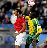 Fotball<br /> 10. Oktober 2009<br /> Privatlandskamp<br /> Ullevaal stadion<br /> Norge v Sør-Afrika 1 - 0<br /> Daniel Braaten , Norge<br /> Aaron Mokeona , Sør-Afrika<br /> Foto : Astrid M. Nordhaug