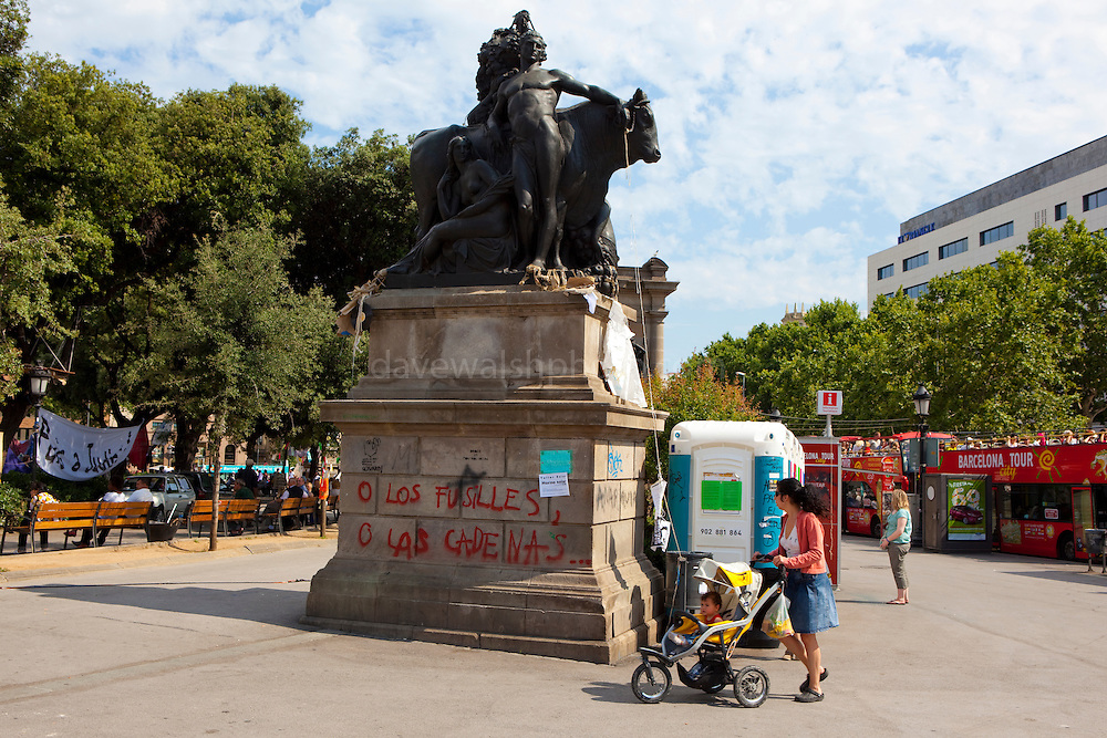"""Statue with graffiti, at protest camp at Placa de Catalunya, Barcelona, Spain. Graffiti reads """"o los fusilles, o las cadenas"""" - guns or chains. The square has been relatively quiet since police attacked and beat protestors on May 27 2011."""