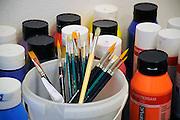 Nederland, St Anthonis, 27-9-2009Potten acrylverf en penselen staan klaar in een aktiviteitenruimte van een verzorgingshuis.Foto: Flip Franssen/Hollandse Hoogte