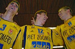 06-04-2005 VOLLEYBAL: PIET ZOOMERS D-OMNIWORLD: APELDOORN<br /> <br /> De finale van de strijd om de landstitel gaat tussen ORTEC.Nesselande en Piet Zoomers/D. De ploeg uit Apeldoorn won woensdagavond de vierde wedstrijd van de halve finale met 3-0 (25-21, 26-24, 26-24) en heeft deze best-of-five nu gewonnen - Wytze Kooistra, Bas van de Goor en Joost Kooistra<br /> <br /> ©2005-WWW.FOTOHOOGENDOORN.NL bas van de goor