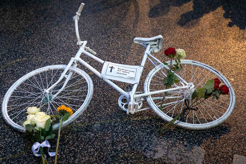 """Mehrere hundert Menschen gedenken mit einer Mahnwache der 37-jährigen Fahrradfahrerin,  die bei einem Unfall mit einem rechtsabbiegenden LKW an der Kreuzung Otto-Braun-Strasse/ Karl-Marx-Allee überrollt wurde. Dabei wird ein weiß lackiertes Geisterfahrrad aufgestellt, das an die getötete Radfahrerin erinnern soll.  Die 37-jährige ist die erste tödlich verunglückte Fahrradfahrerin in Berlin in diesem Jahr. Die Organisatoren der Mahnwache, ADFC und Changing Cities fordern separate Ampelschaltungen für Fahrradfahrer und verpflichtende Abbiegeassistenten für LKW um das Ziel """"Null Verkehrstote"""" zu erreichen. <br /> <br /> [© Christian Mang - Veroeffentlichung nur gg. Honorar (zzgl. MwSt.), Urhebervermerk und Beleg. Nur für redaktionelle Nutzung - Publication only with licence fee payment, copyright notice and voucher copy. For editorial use only - No model release. No property release. Kontakt: mail@christianmang.com.]"""