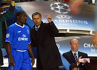 Fotball<br /> Champions League 2004/05<br /> Chelsea v Porto<br /> 29. september 2004<br /> Foto: Digitalsport<br /> NORWAY ONLY<br /> Chelsea boss, Jose Mourinho gives instructions to Geremi