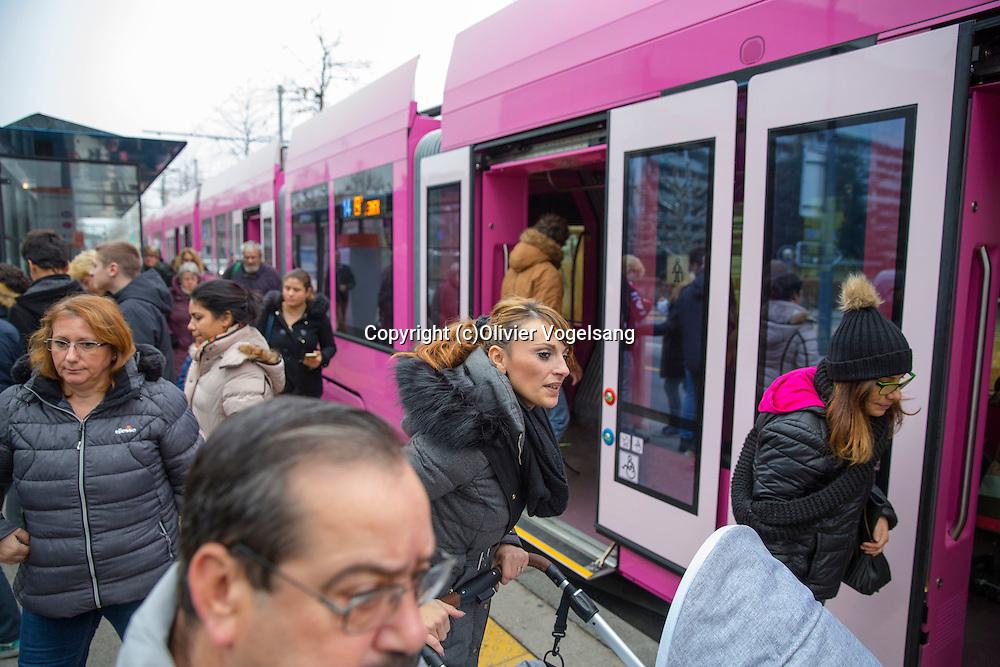 Genève, 15 décembre 2016. Reportage à Genève sur le tram rose de Pipilotti RIst «Monochrome rose» dans le cadre de Art&Tram. Tram 14. Foule. © Olivier Vogelsang