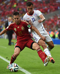18-06-2014 BRA: World Cup Spanje - Chili, Rio Janeiro<br /> Chili wint met 2-0 van Spanje die door deze uitslag is  uitgeschakeld / Spain's Cesar Azpilicueta vies with Chile's Eduardo Vargas<br /> <br /> *** NETHERLANDS ONLY ***