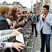 NLD/Den Bosch/20100601 - Opname TROS Muziekfeest op het Plein 2010, Nick & Simon delen handtekenigen uit
