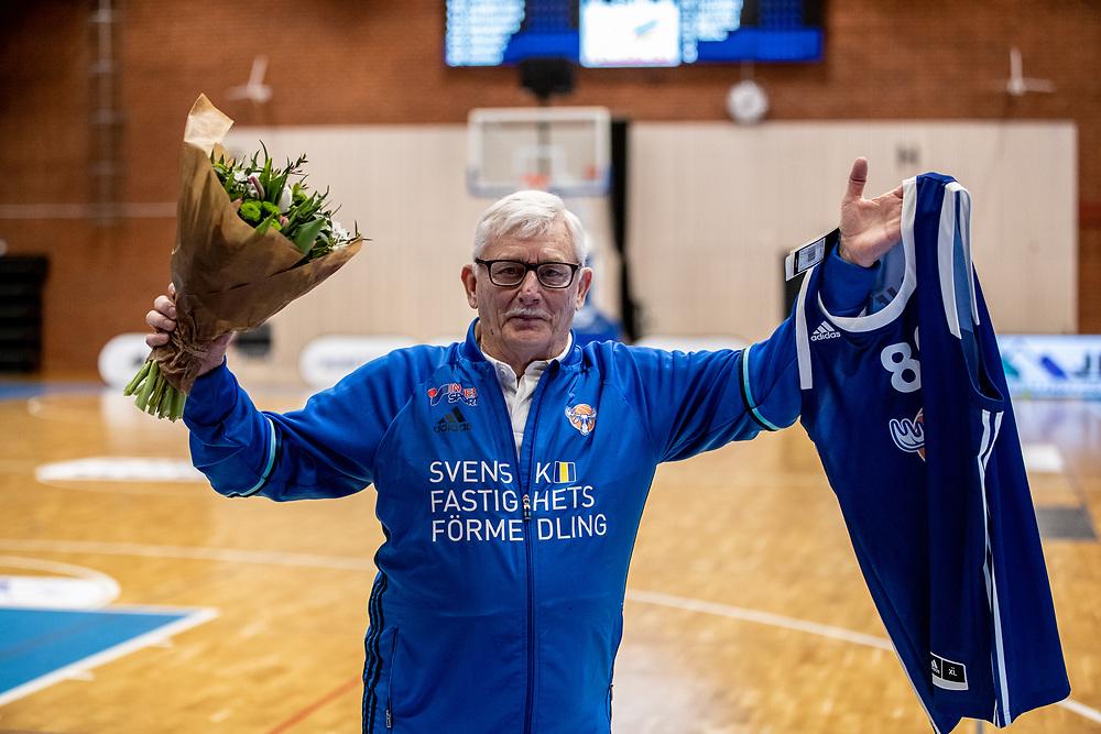 ÖSTERSUND 20210305<br /> Jämtlands team manager Sune Pettersson firades för sna 80 år under fredagens match i basketligan mellan Jämtland Basket och Fryshuset i Östersunds Sporthall.<br /> <br /> Foto: Per Danielsson/Projekt.P