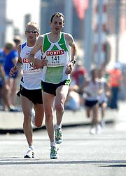 15-04-2007 ATLETIEK: FORTIS MARATHON: ROTTERDAM<br /> In Rotterdam werd zondag de 27e editie van de Marathon gehouden. De marathon werd rond de klok van 2 stilgelegd wegens de hitte en het grote aantal uitvallers / Sander Schutgens en Martin Lauret op de Erasmusbrug<br /> ©2007-WWW.FOTOHOOGENDOORN.NL
