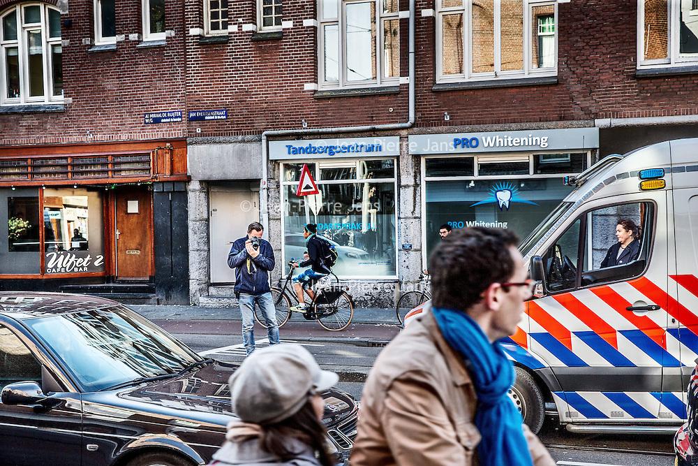 Nederland, Amsterdam, 8 oktober 2016.<br /> Een 44-jarige man is zaterdagochtend overleden door een schietpartij in Amsterdam-West. Twee andere mensen raakten gewond. De schietpartij vond rond 3.45 uur plaats op de hoek van de Admiraal de Ruijterweg en de Jan Evertsenstraat.<br /> <br /> De man die overleden is werd onder vuur genomen, aldus de politie.Hij werd door meerdere kogelsgetroffen en moest worden gereanimeerd en werd naar het ziekenhuis gebracht. Hier is hij zaterdagochtend overleden.<br /> Op de foto: Politie recherche verricht sporenonderzoekin de Jan Evertsenstraat.Links op de achtergrond de bewuste café bar ülfet 2 genaamd waar het schietincident heeft plaats gevonden.<br /> <br /> <br /> Foto: Jean-Pierre Jans