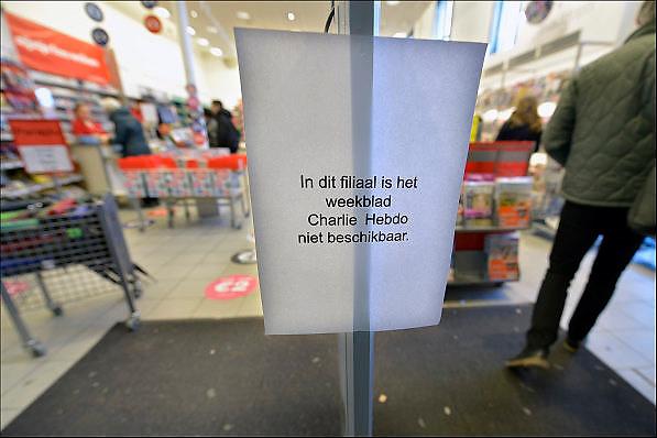 Nederland, Nijmegen, 17-1-2015Bij de Bruna boekhandel op het centraal station van Nijmegen hangt een briefje met de mededeling dat het satirische weekblad Charlie Hebdo niet verkrijgbaar is. De belangstelling voor het eerste nummer na de aanslag in Parijs is groot en de beschikbare oplage is snel uitverkocht.The first magazine of charlie hebdo after the terrorist attack in Paris, France,  is quickly sold out in the Netherlands.FOTO: FLIP FRANSSEN/ HOLLANDSE HOOGTE