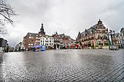 Nederland, Nijmegen, 13-3-2020  De Groete Mrkt in de binnenstad van Nijmegen is zo goed als leeg . Het is duidelijk rustiger en stiller in de straten, winkelstraten van het centrum in de stad . Mensen blijven thuis om zo min mogelijk risico te nemen ivm het corona virus . Foto: Flip Franssen