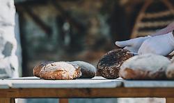 THEMENBILD - frisch gebackenes Brot auf einem Holzbrett, aufgenommen am 10. April 2020 in Kaprun, Oesterreich // freshly baked bread on a wooden board, in Kaprun, Austria on 2020/04/10. EXPA Pictures © 2020, PhotoCredit: EXPA/Stefanie Oberhauser