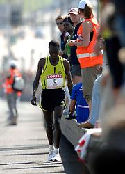15-04-2007 ATLETIEK: FORTIS MARATHON: ROTTERDAM<br /> In Rotterdam werd zondag de 27e editie van de Marathon gehouden. De marathon werd rond de klok van 2 stilgelegd wegens de hitte en het grote aantal uitvallers / Rodgers Rop hield het voor gezien op de Erasmusbrug en ging lopen<br /> ©2007-WWW.FOTOHOOGENDOORN.NL