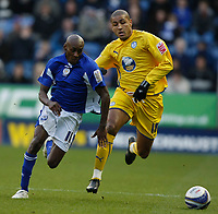 Photo: Steve Bond/Richard Lane Photography. Leicester City v Sheffield Wednesday. Coca Cola Championship. 12/12/2009. Lloyd Dyer (L) races past Leon Clarke (R)