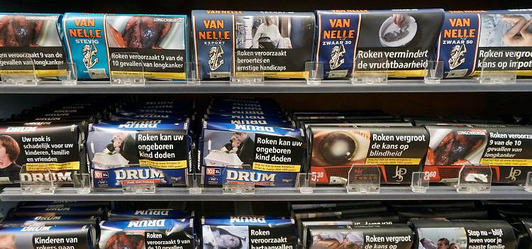 Nederland, Nijmegen, 28-12-2019Een kast vol rookwaar, pakjes sigaretten van verschillende merken, fabrikanten . Tabaksindustrie,tabakslobby,  Foto: Flip Franssen