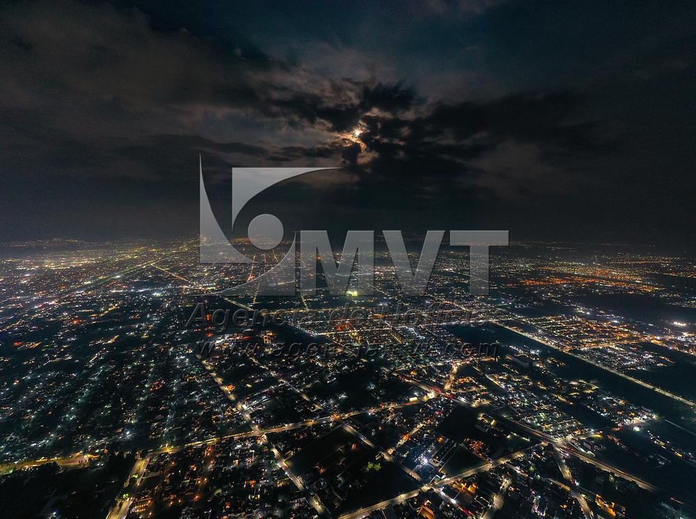 Metepec, México.- Aspectos de la super luna rosa de abril que es la mas grande y brillante del año. Agencia MVT / Mario Vázquez de la Torre.