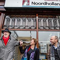 """Nederland, Alkmaar, 23 januari 2017.<br />NVJ in actie voor regionale kranten.<br />De Nederlandse Vereniging van Journalisten (VNJ) is maandag in actie gekomen tegen de bezuinigingsplannen bij de regionale kranten van de Holland Media Combinatie.<br />""""Wat zijn jullie ontzettend belangrijk voor onze inwoners"""", vulde Marjan van Kampen-Houwen (foto), burgemeester van Schagen, aan.<br />Op de foto:onder de protesterenden: man met hoed voormalig hoofdredacteur G. ten Dam, hoofdredacteur dagbladen HDC Media,<br /><br /><br />Foto: Jean-Pierre Jans"""
