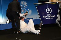 Fotball<br /> Foto: Dppi/Digitalsport<br /> NORWAY ONLY<br /> <br /> FOOTBALL - CHAMPIONS LEAGUE 2006 - QUATER FINAL DRAW - 10/03/2006 <br /> <br /> CAROLE ROUSSEAU FEEL FAINT DURING THE DRAW