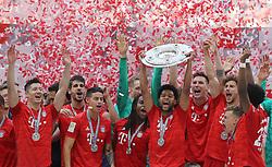 18.05.2019, Allianz Arena, Muenchen, GER, 1. FBL, FC Bayern Muenchen vs Eintracht Frankfurt, 34. Runde, Meisterfeier nach Spielende, im Bild Der FC Bayern jubelt im Konfettiregen, Serge Gnabry hält die Meisterschale hoch // during the celebration after winning the championship of German Bundesliga season 2018/2019. Allianz Arena in Munich, Germany on 2019/05/18. EXPA Pictures © 2019, PhotoCredit: EXPA/ SM<br /> <br /> *****ATTENTION - OUT of GER*****